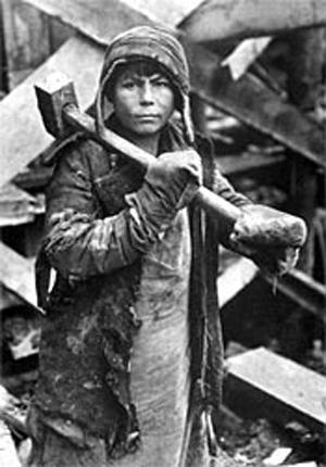 스탈린 시절 강제노동수용소에서 일하는 어린 소년