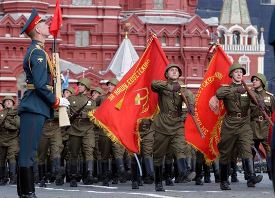 2차대전 승전 63주년 기념 군사 퍼레이드 - 옛 소련은 서방과의 군사적 경쟁의 논리에 종속됐다.