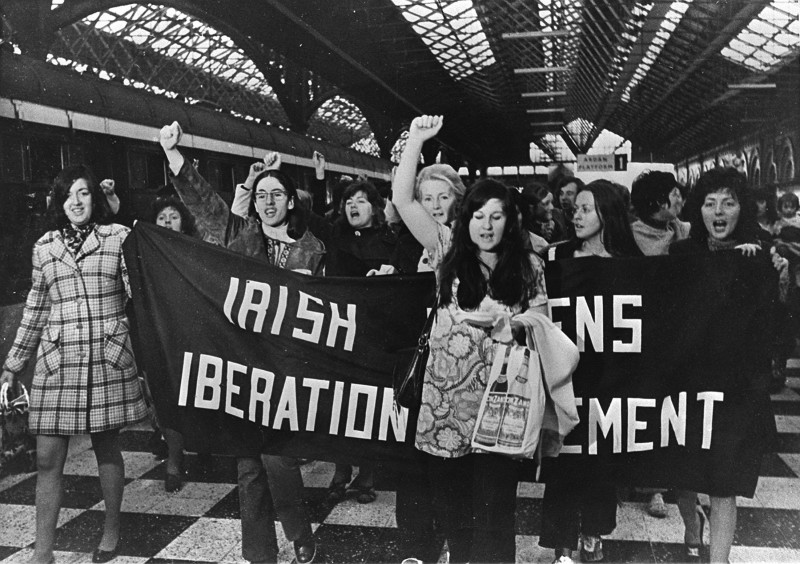 """1971년 """"피임 열차""""를 타는 '아일랜드 여성 해방 운동' 활동가들"""