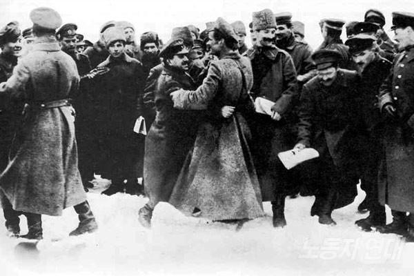 러시아 병사와 독일 병사들의 친교 행위