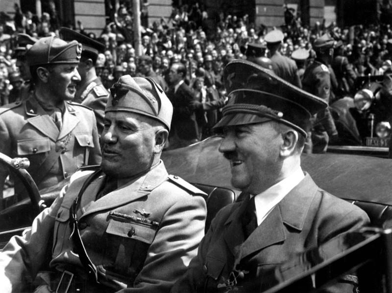 무솔리니(왼쪽)와 히틀러(오른쪽)