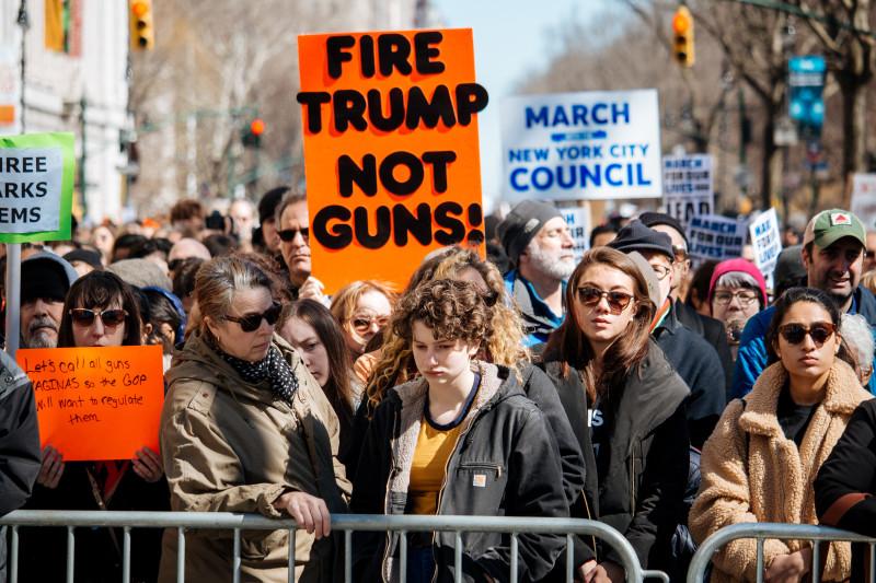 """""""총을 쏘지[fire] 말고 트럼프를 해고하라[Fire]"""""""