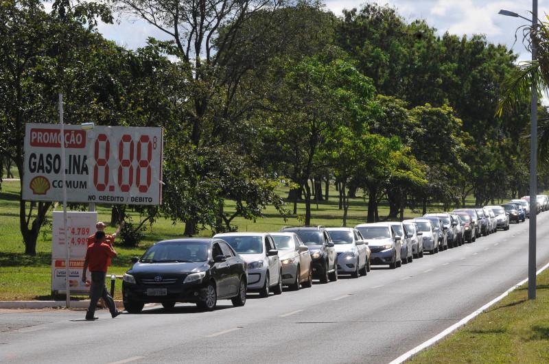 브라질에서 주유소 앞에 길게 줄을 선 자동차들