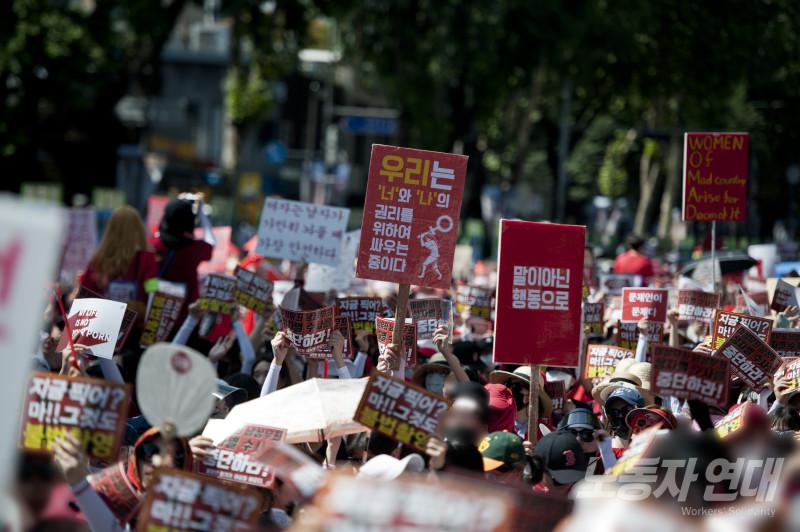 한국 역사상 최대 규모의 성차별 반대 여성 시위가 몇 달 새 세 차례나 열렸다