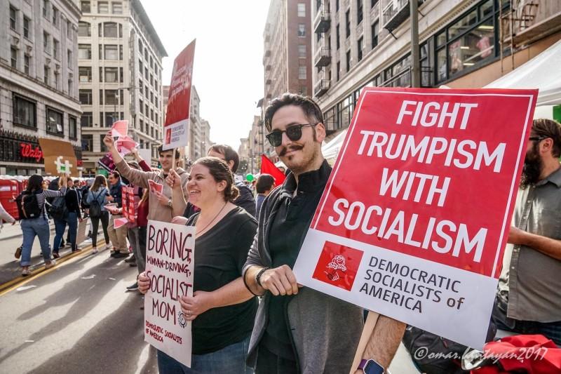"""""""사회주의로 트럼프에 맞서 싸우자"""""""