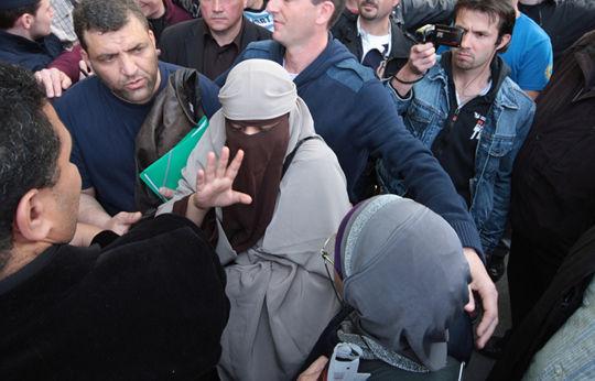 프랑스에서 무슬림 여성이 니캅을 착용했다고 연행되고 있다(2011년)