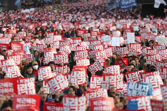 조직 노동자 계급은 박근혜 정권 퇴진 운동의 선도자이자 견인차 구실을 했다.