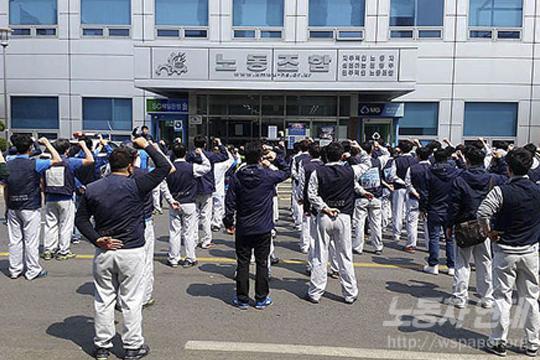 총투표에 반대하며 노조 지도부에 항의한 기아차 활동가들